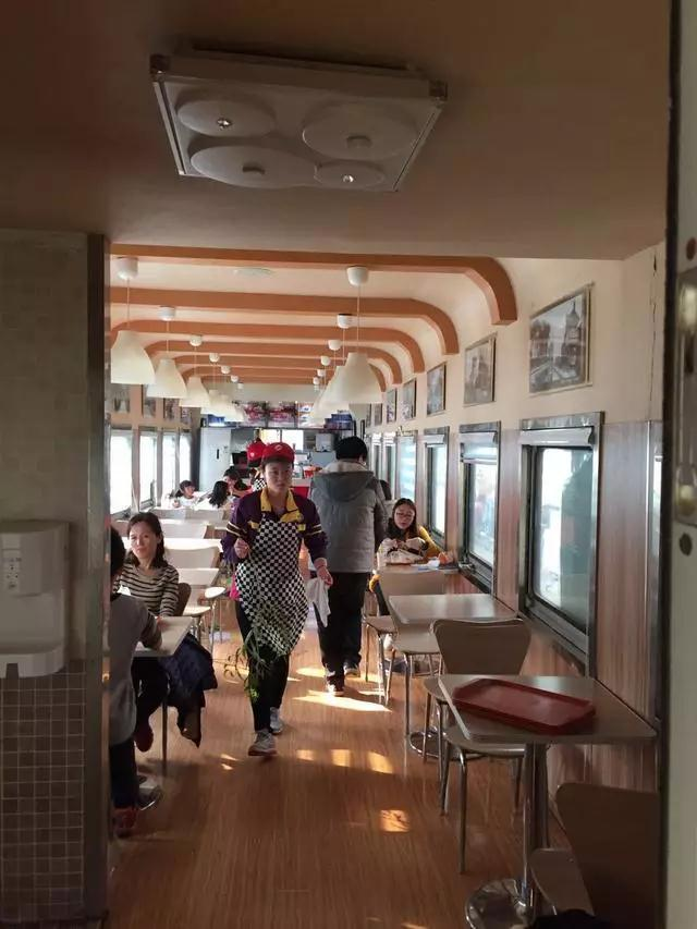 """一高校现火车餐厅 学生每天""""赶火车""""吃饭"""