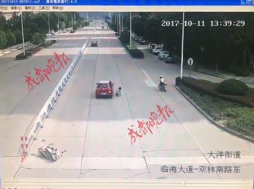 """惊险!车祸瞬间女子上演飞檐走壁 """"飞""""到车顶行驶十米远后跳下"""
