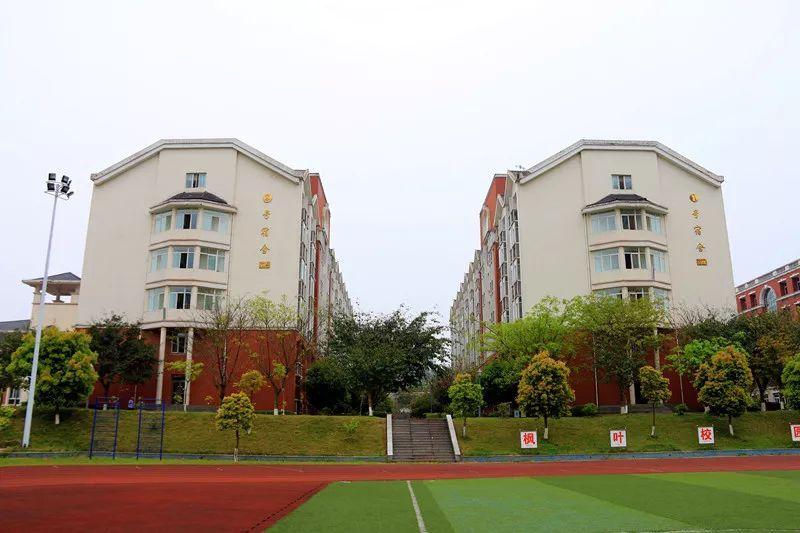 """1,自驾:成渝高速g85重庆方向,在永川下道,导航""""重庆枫叶国际学校""""; 2图片"""
