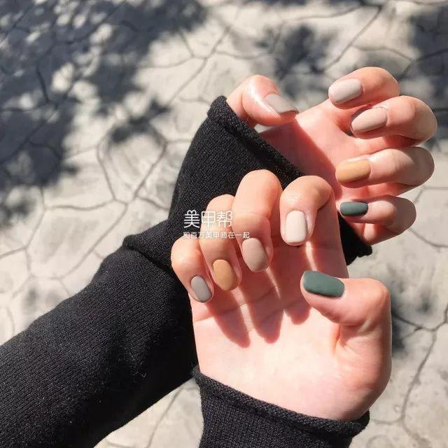 时尚 正文  今年秋冬最流行的色彩搭配 就是一个手指甲一个颜色 当你图片
