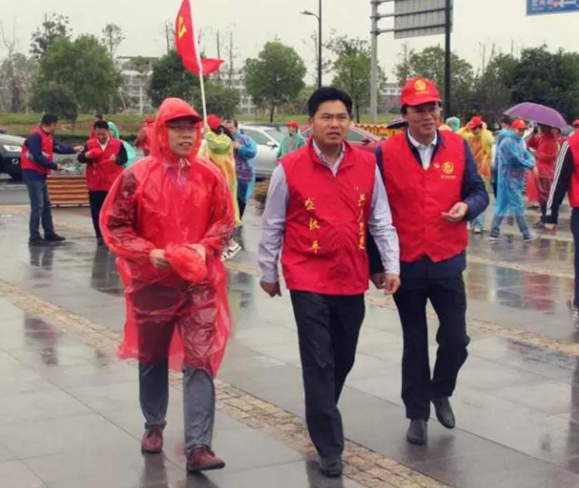 义乌市委书记盛秋平党员主题日到公园当园林工