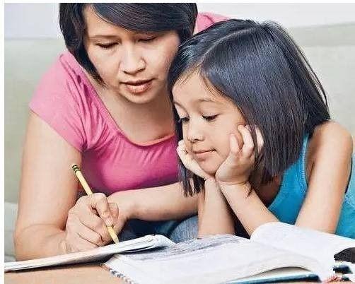 家長陪孩子寫作業,家長如何陪孩子寫作業,家長怎樣陪孩子寫作業,孩子寫作業家長要陪嗎