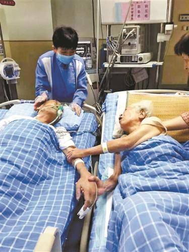 """宁波""""牵手奶奶""""去世 夫妻病床牵手照感动无数人"""