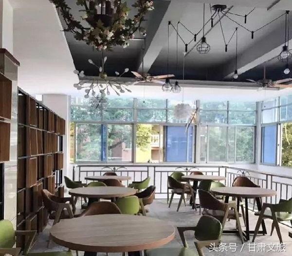 江苏海事职业技术学院   江苏海事职业技术学院,装饰一新的整个食堂,海院气息浓厚.
