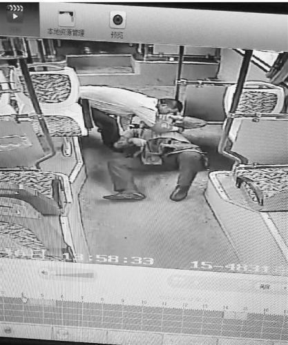 乘客突发心脏病 这位公交司机的做法值得点赞!