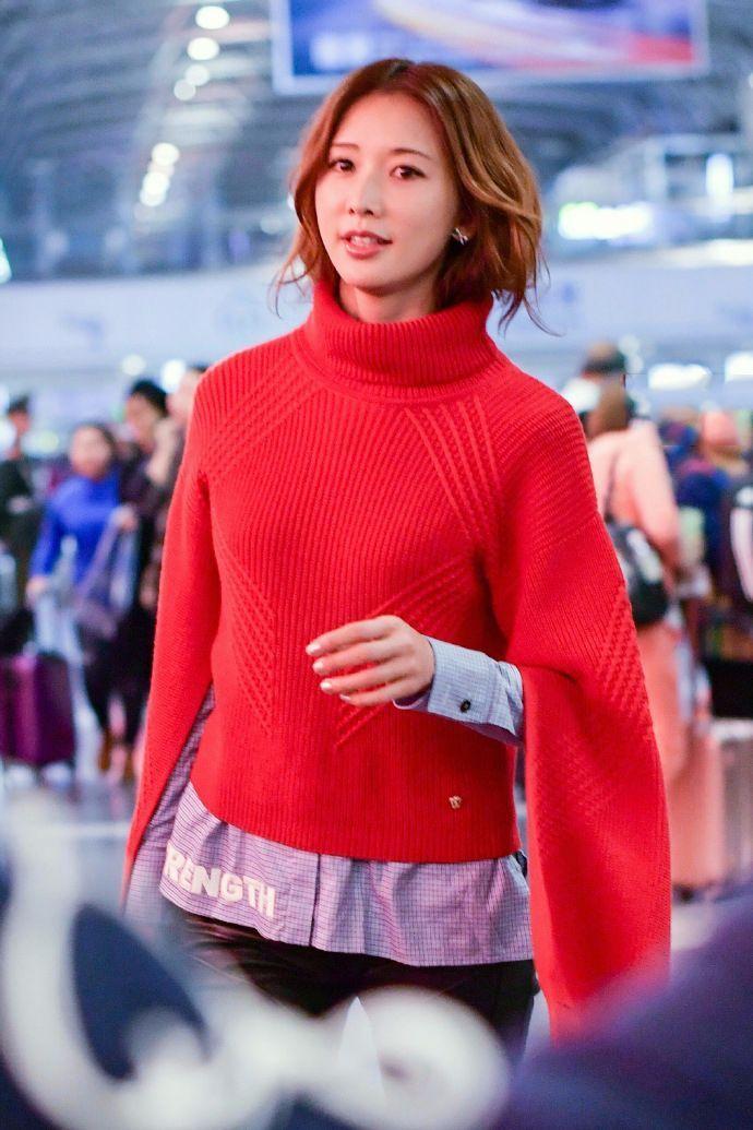 林志玲红色毛衣狂奔机场也很美,小s说的是真的图片