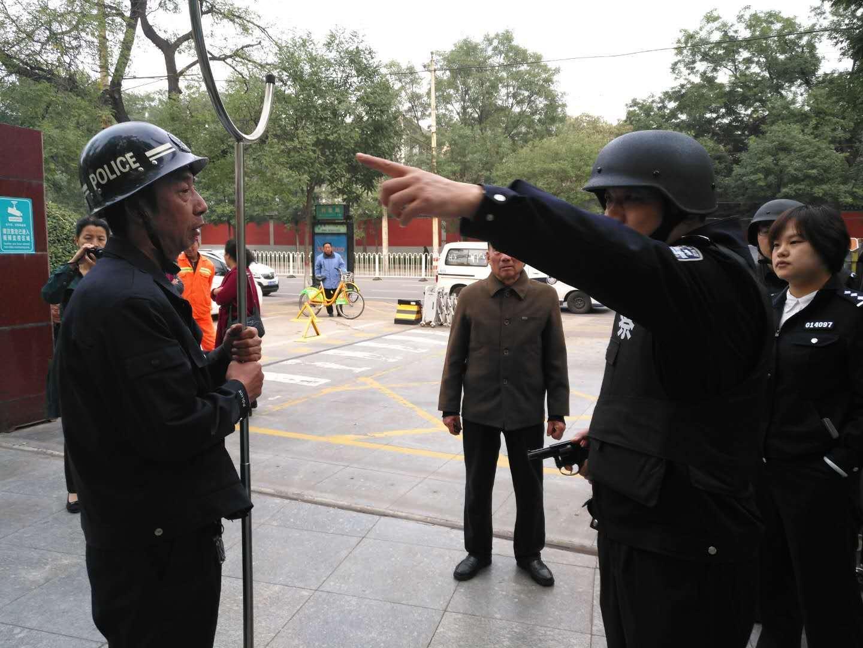 山西省太原市杏花岭区鼓楼派出所在辖区内开展反恐演练