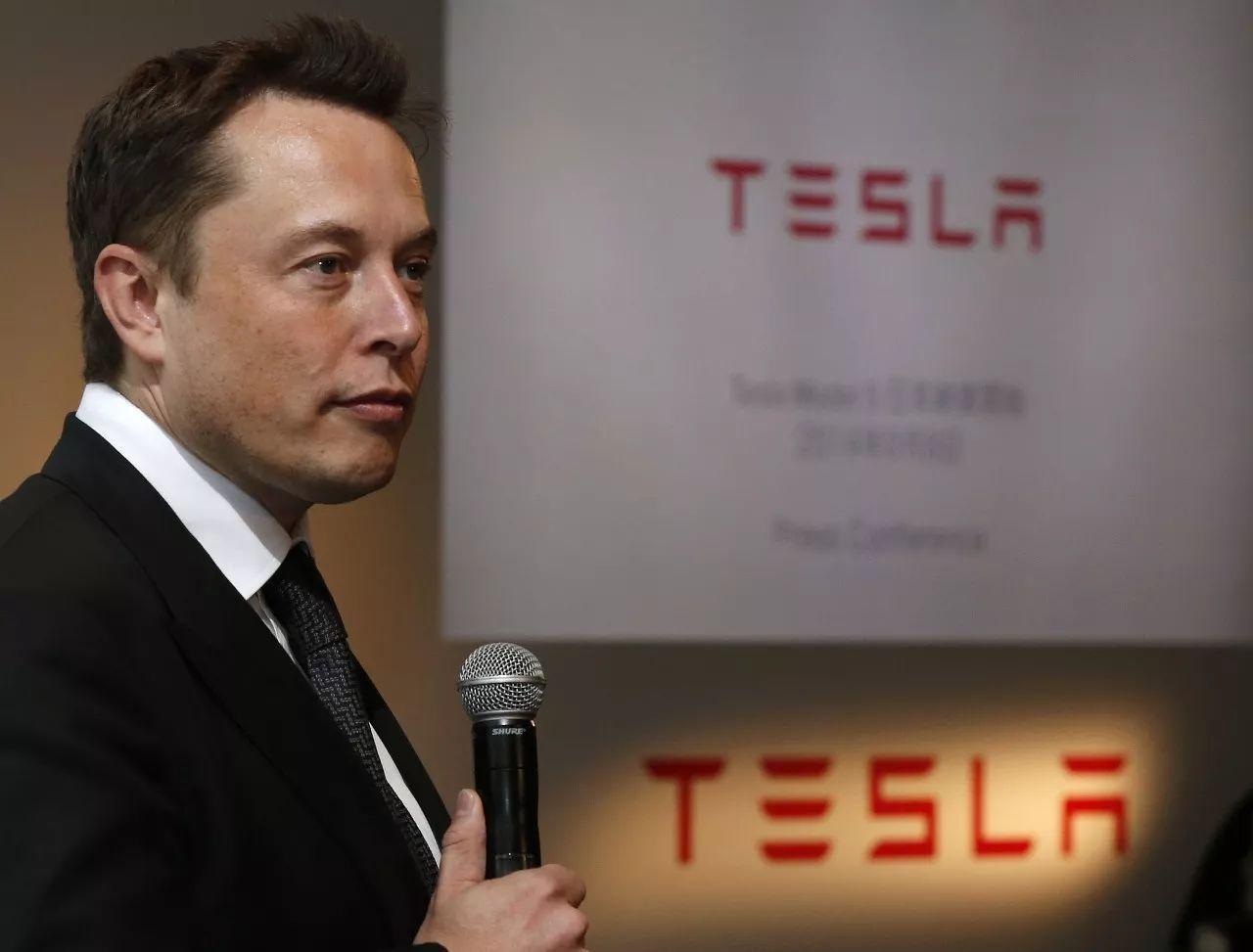 会议现场,特斯拉ceo埃隆·马斯克几度哽咽,他称特斯拉是用爱在造车,不像有的企业是靠投资部门在驱动,特斯拉倾注了真心和灵魂.