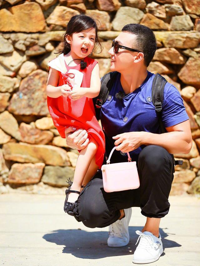 村长李锐问网友最喜欢哪个萌娃,没想呼声最高不是小泡芙,而是他