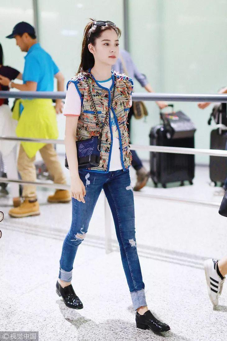 欧阳娜娜在穿衣上十足乖巧,这种凸显文艺气息的绑带皮鞋是她日常搭配图片