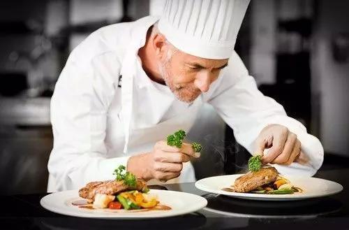 法国地位的美食是极高的,在法国,烹饪被视为一种艺术,美食对于法国人v地位厨师+互联网图片