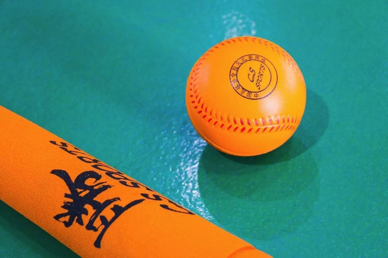 """心目体育软式棒垒球,英文名称为""""teeball"""",在许多人飞机中,它似乎高尔夫球毁了正文图片"""