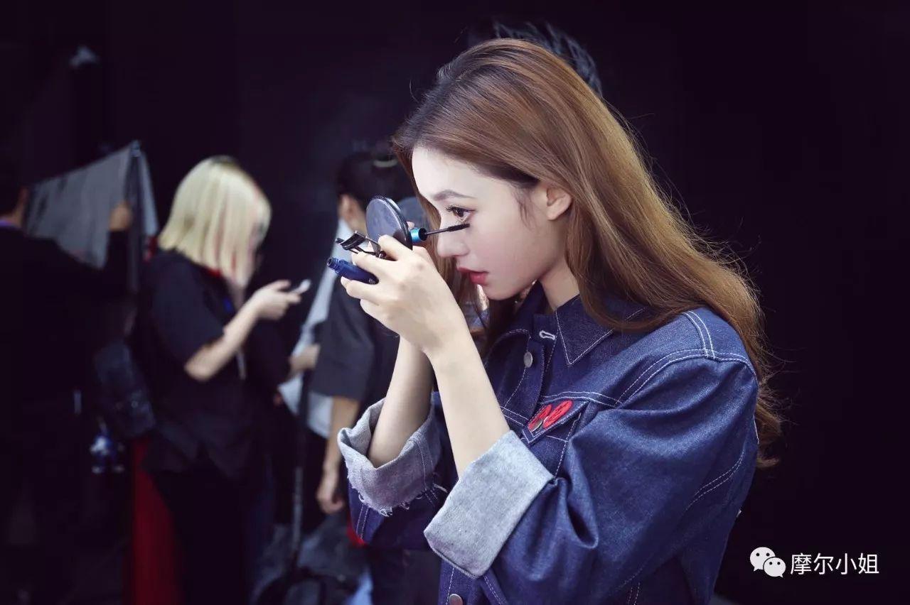女明星化妆视频_听说在后台自己化妆的女明星,运气都特别好_上海新闻网