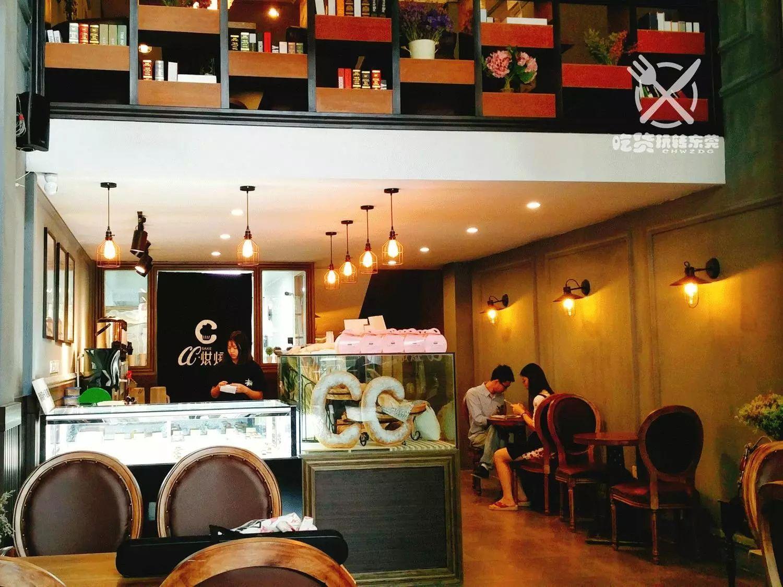 欧式复古装修风格,暖色调的灯光,木质的餐桌,衬托出一种独有的韵味