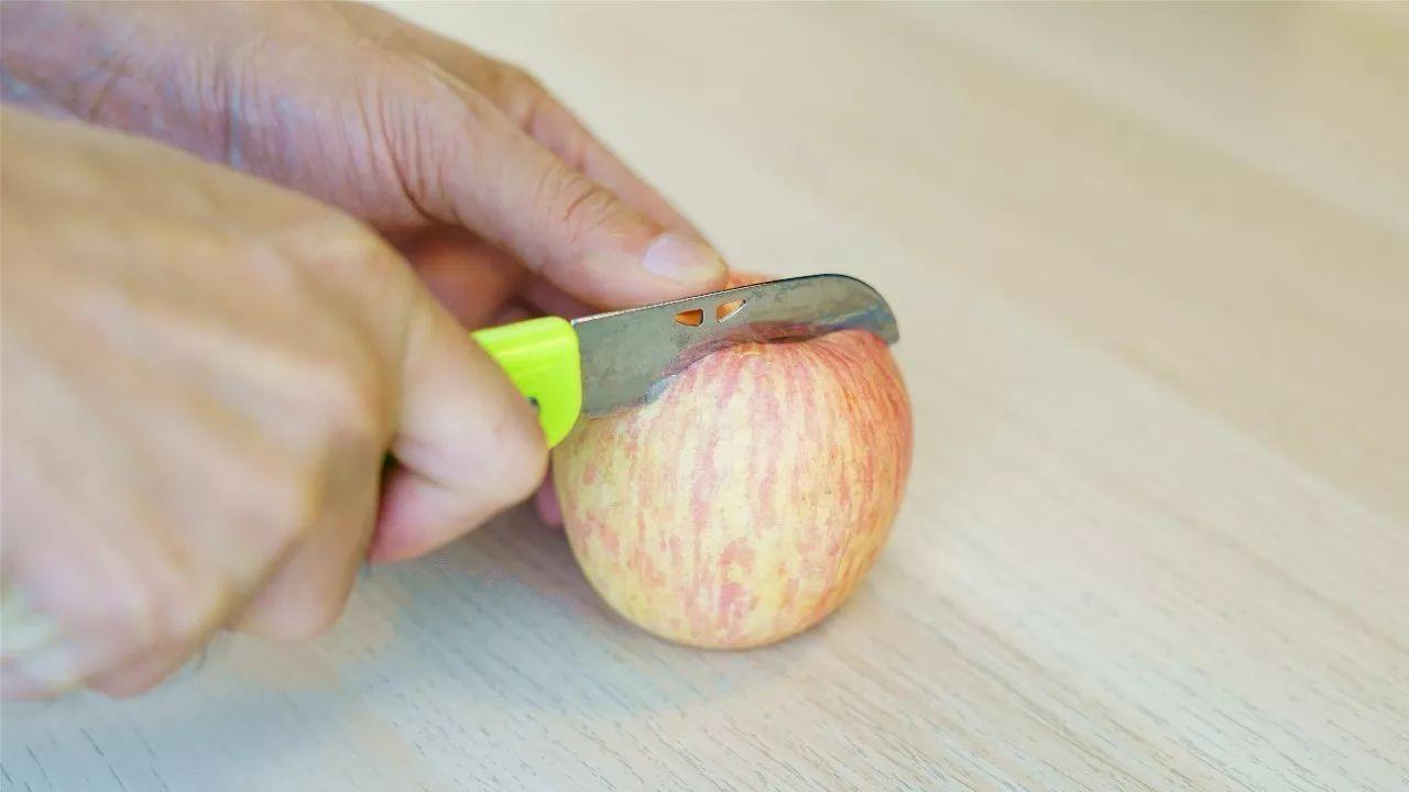 切开的苹果一会儿就变色?一片柠檬就能搞定啊图片