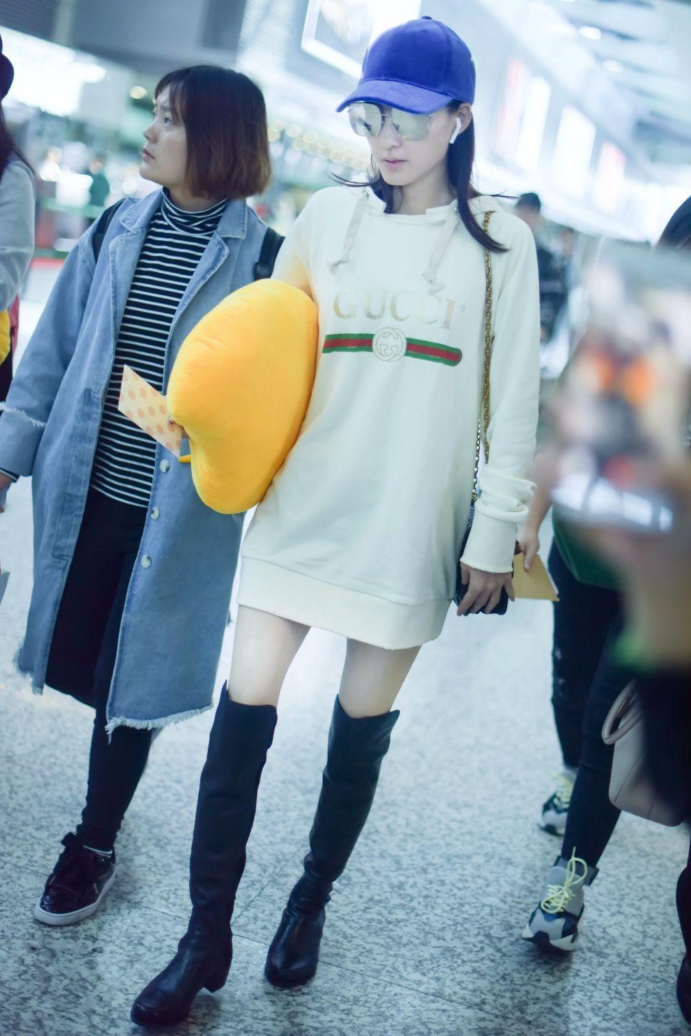 王丽坤全身上下只穿一件卫衣现身机场,网友:林更新不介意?