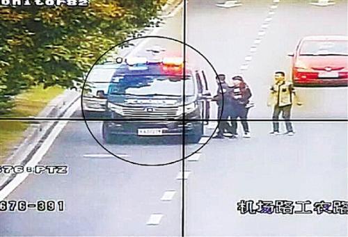 杭州警车接力运送受伤幼童 市区3.1公里215秒跑完