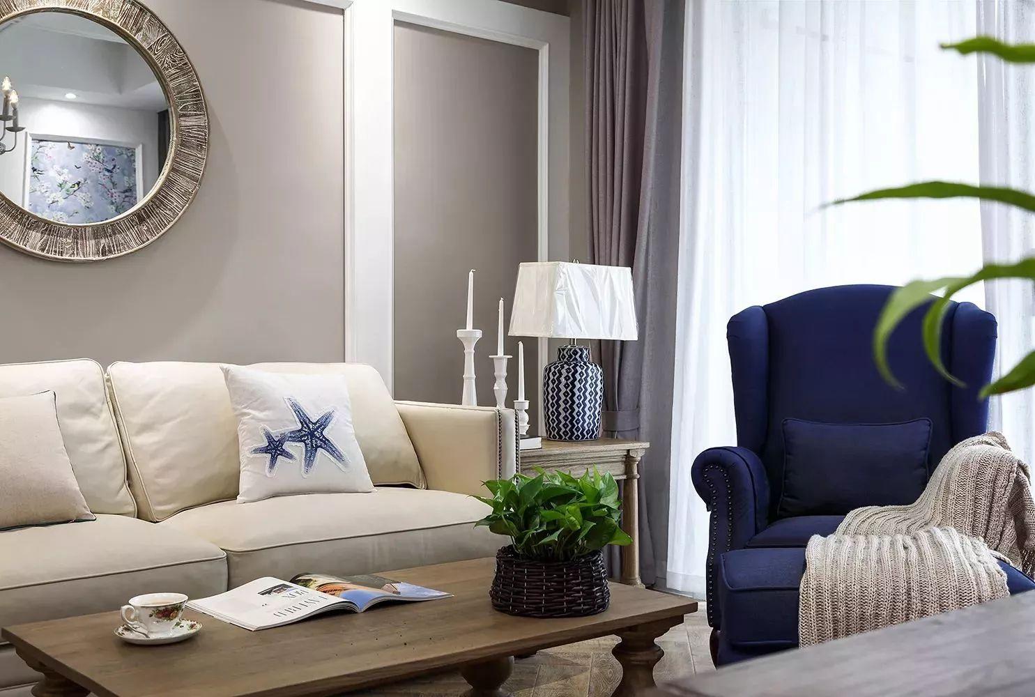 电视墙左侧摆2个蓝色透明玻璃瓶,插上绿意的假花,搭配上电视墙上的
