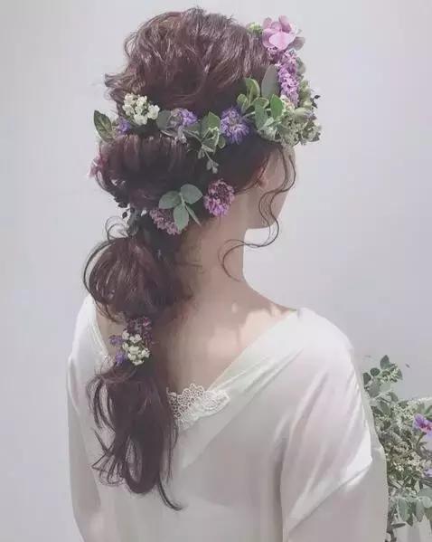 化妆师必收|最新森系鲜花新娘发型,长发短发都能美得图片