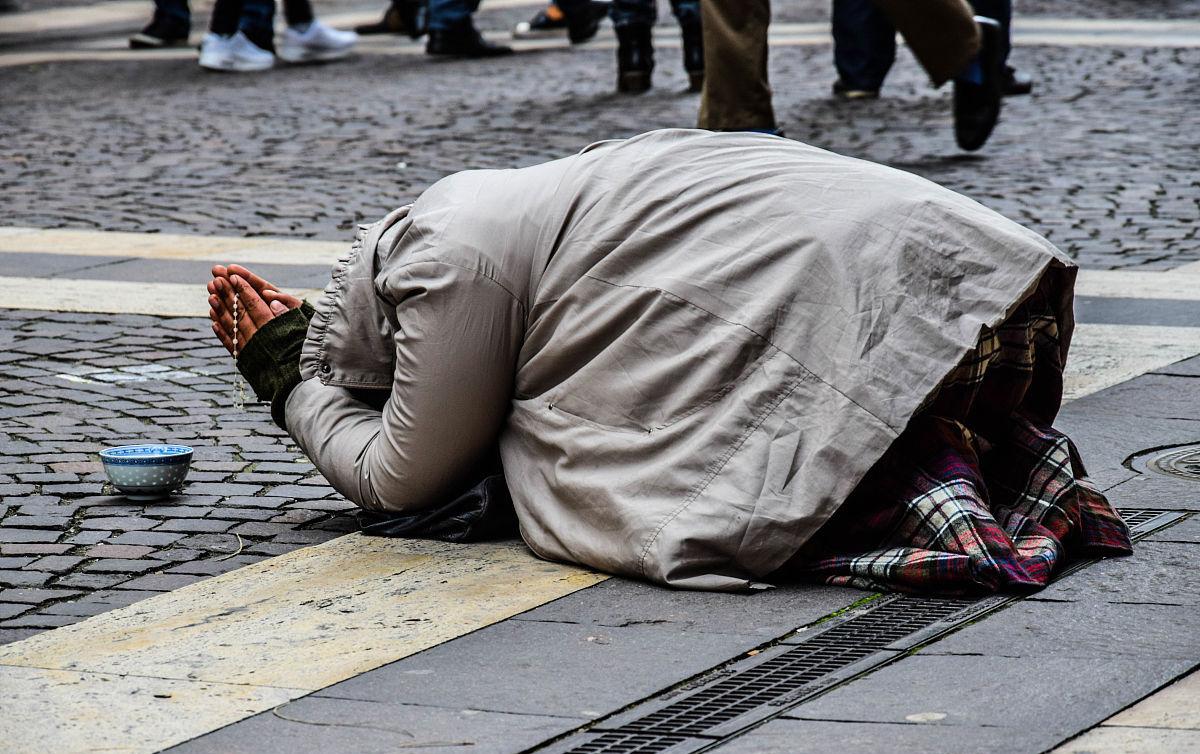 父子曹妈妈的逼逼_潍坊泰华城前面的柏油马路上,22路公交站牌的旁边,一对父子跪坐着在