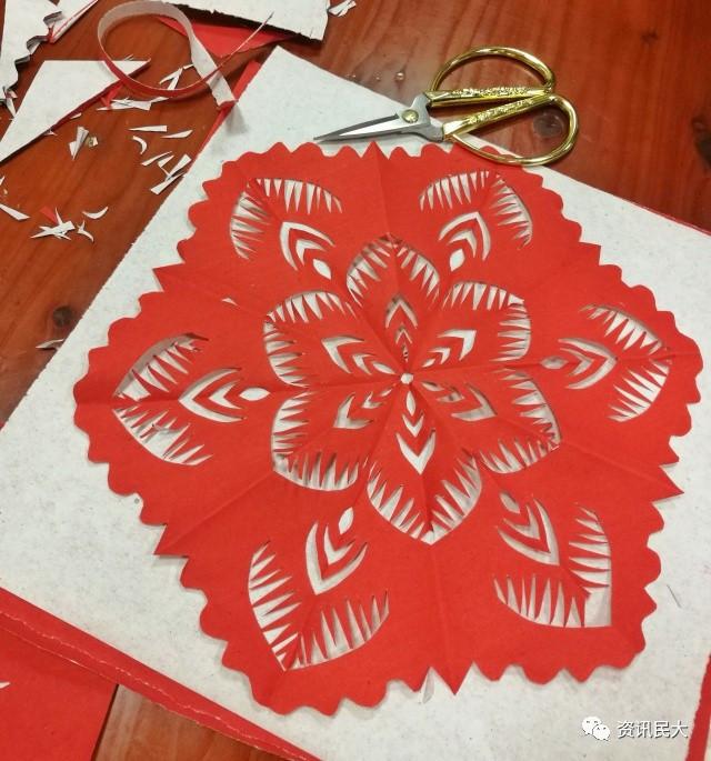 剪纸艺术作为中国非物质文化遗产,除了简单的团花剪纸这一类型之外