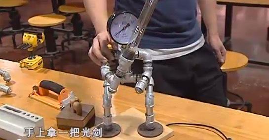 酷!常州一男子酷爱艺术,把水管做成各种工艺品图片