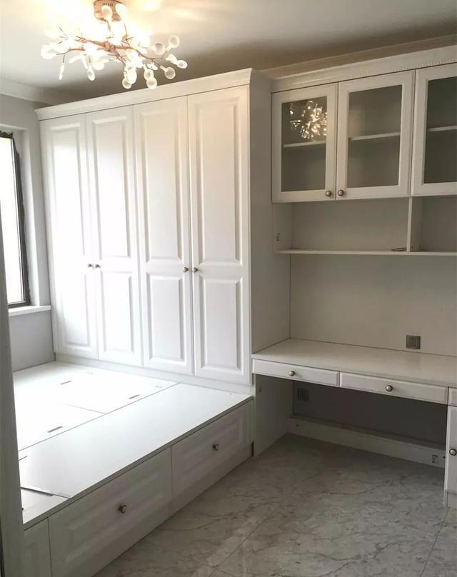 12 13,遇到书桌面前就是窗户的,那么就可以把书柜装到榻榻米床尾衣柜