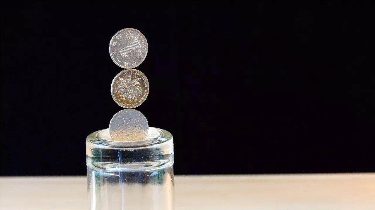 但是将磁铁移开后,硬币掉落下来.