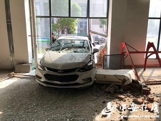 男子开新车过分紧张把油门当刹车 一头扎进商业楼