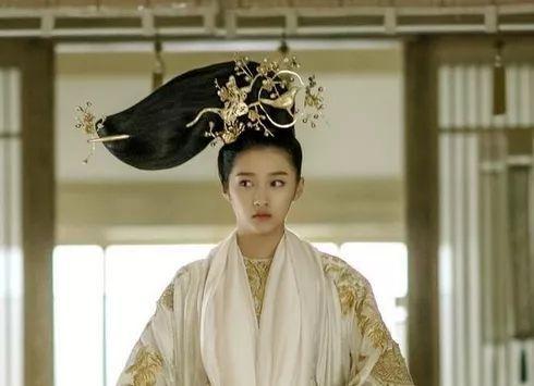 还记得曝光电视剧《凤囚凰》中关晓彤的造型时,不少网友都被她的发型图片