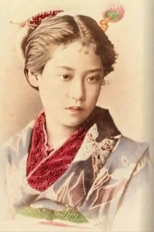 (照片中间) 岛津藩主「岛津齐彬」的第三个女儿,岛津暐姫也是萨摩藩