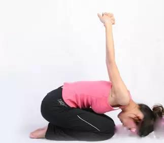 四个瑜伽动作甩去答:一,摆臂运动1,双腿屈膝并拢,臀部微微下沉地半蹲图片