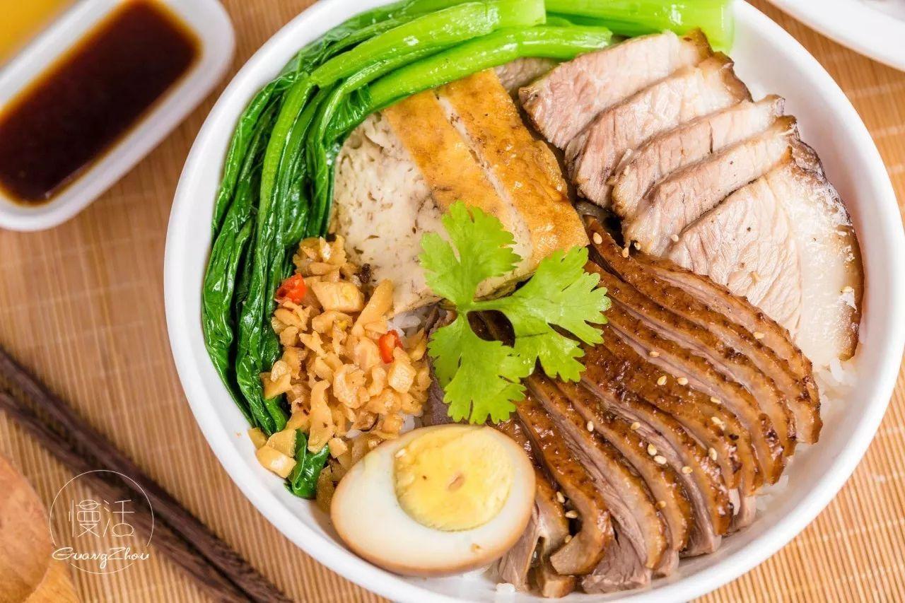 搭配有青菜,鹵蛋, 還有被鹵汁浸潤的鹵豆腐干, 一個人吃飯也要豐盛一圖片