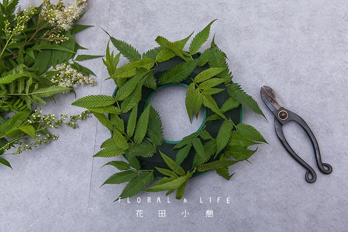 2,首先使用的是珍珠梅的叶子,用剪刀把珍珠梅叶片剪成短枝插到花泥中