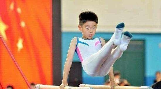 杨威儿子杨阳洋体操赛获奖 带伤上阵子承父业太拼命!