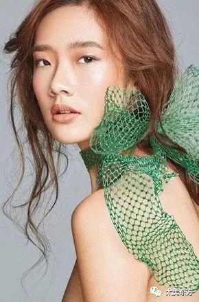 位模特,15岁就出道秀场,身材高挑,棱角分明,不少网友都说她撞脸杜鹃