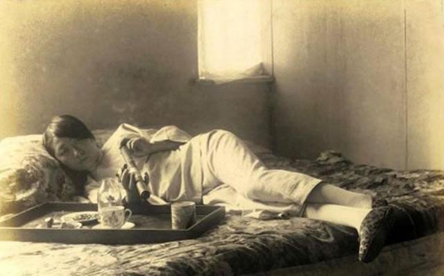 老女网�_晚清百姓生活老照片:一个晚清女人躺在床上抽大烟,吸食鸦片这种行为真