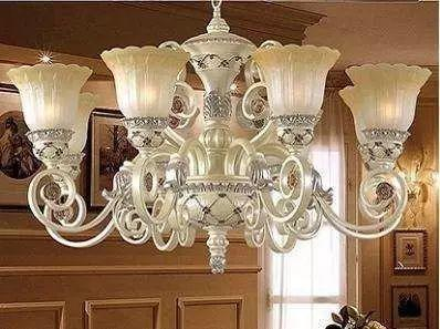 在欧式风格的家居空间里,灯饰设计应选择具有西方风情的造型,比如图片