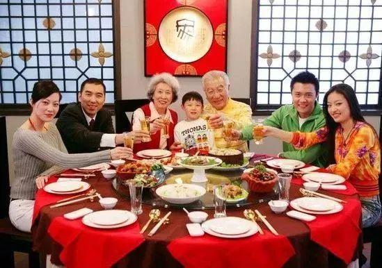孩子和父母,爷爷奶奶一起吃饭