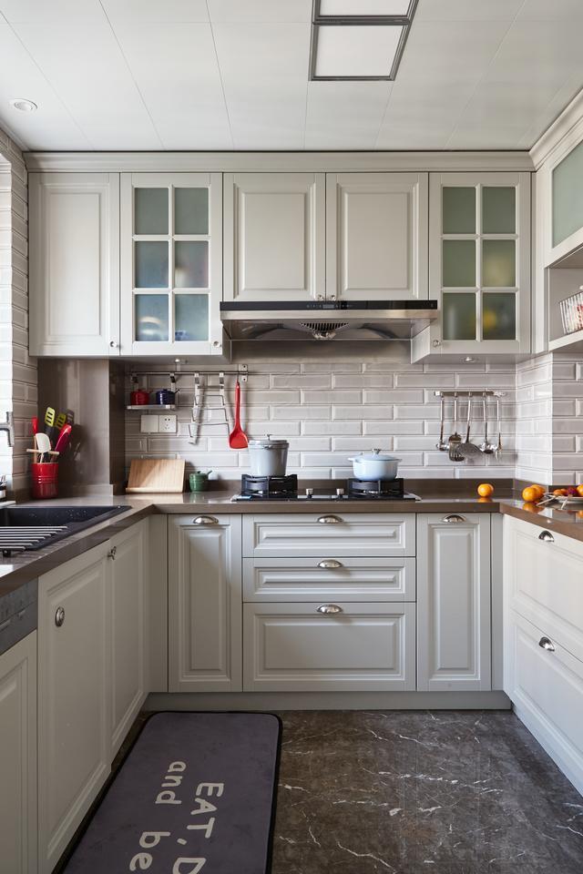 厨房以灰色地砖 仿古小墙砖,结合白色橱柜面板,显得优雅而又高档图片