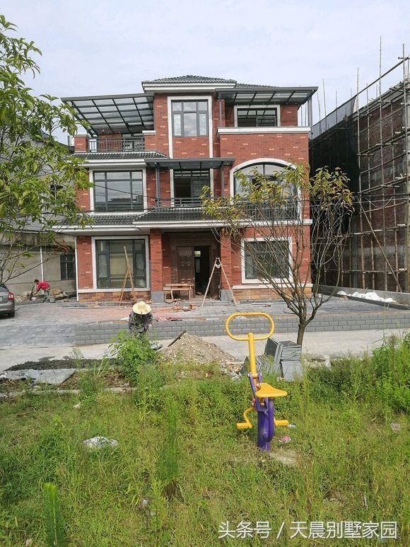 农村自建别墅比较流行,趁着手里有钱也赶着潮流建了一栋新中式风格的