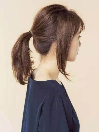 step1:将左右耳前方的头发预留,剩下的头发在脑后扎一个中低马尾.图片