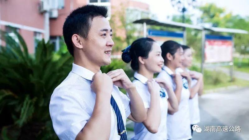 卓伟最新爆料:江苏卫视某年轻主持人常光顾会所 微博问答证实