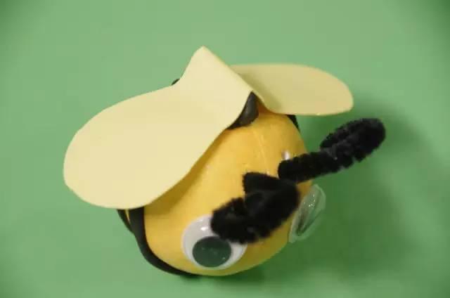 原标题:创意手工丨9款勤劳的小蜜蜂,亲子课不可错过哦!老师家长收藏! 有一只小蜜蜂,飞到西又飞到东,嗡嗡嗡嗡~嗡嗡嗡嗡~不怕雨也不怕风很多小朋友都喜欢小蜜蜂,不仅因为它们会酿造出甜甜的花蜜,还因为它们身上坚韧的美好品质。 在蜜蜂家族里,有工蜂、蜂王和雄峰三种成员,每个成员都有自己严格而明确的分工,整个家族具有高度社会化的生活方式。工蜂是蜂中勤劳的工人,担负着采蜜、酿蜜、侦察、守卫、清洁蜂箱、筑巢、照顾蜂王和饲养幼蜂等等一系列重要工作,一般工蜂只活几个月,而在它短暂的生命中,大部分时间是用来采花酿蜜的