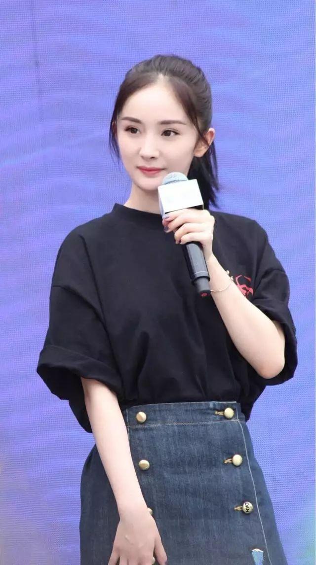 """杨颖,同样在2013年被评为""""新四小花旦""""之一,在一组写真中,身穿白衬衣"""