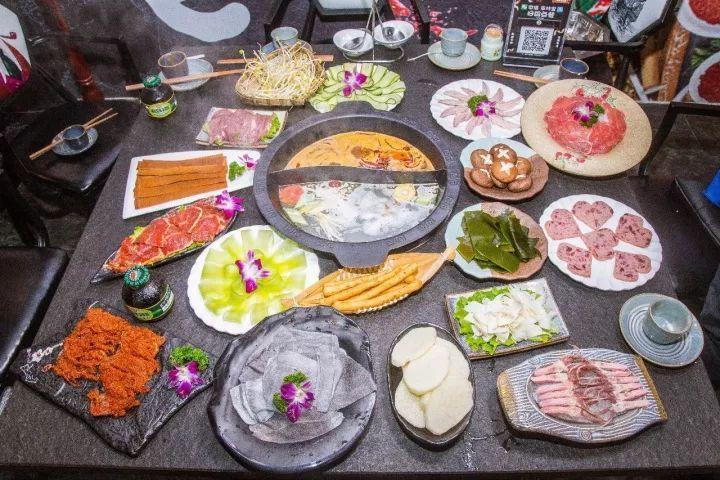 美食 正文  重庆火锅除了锅底,就是菜品了.