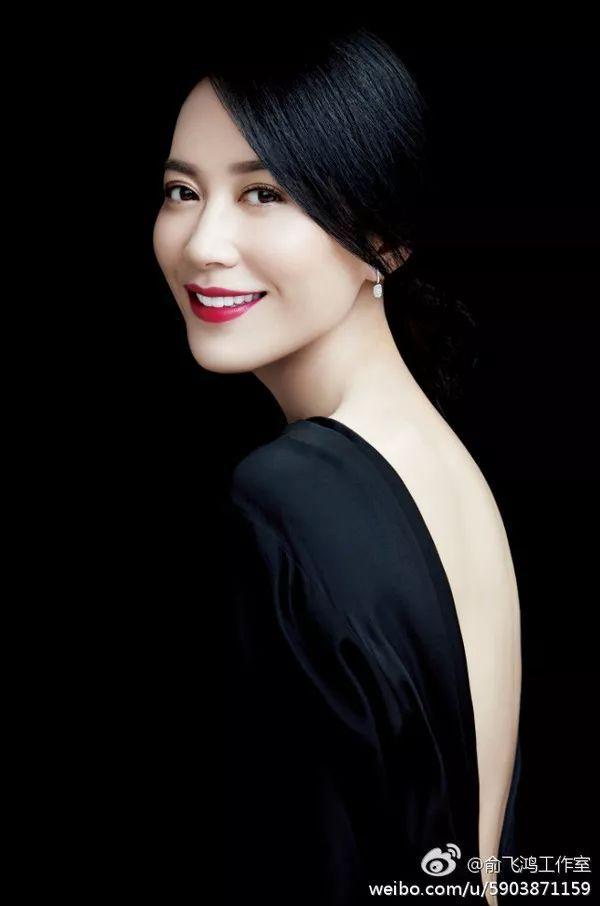 惊艳| 46岁女神俞飞鸿未PS照被曝出,谁能告诉我为啥她一条皱纹都没有?