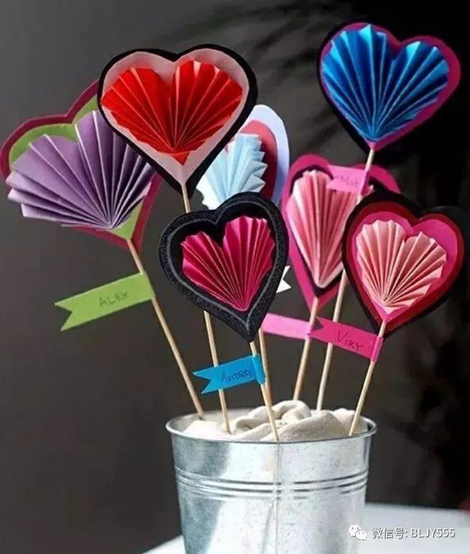 制作步骤: 1、用压花器压出圆形花蕊,或用剪刀剪出一个圆形。  2、用裁纸器裁出小纸条,或用剪刀剪出小纸条。  3、将纸条两端弯曲粘好,作为花瓣。  4、将粘好的花瓣粘贴到圆形上。  5、将吸管作为花杆  6、在花的背面,用胶带固定好吸管花杆。  这样美丽的小菊花就做好了,快开动脑筋、动起手来做更多其它颜色的小菊花吧!  4、纸盘南瓜怪  第三款要跟大家分享的菊花手工 打印出平面的菊花模板,大大小小都要有(如果爸爸妈妈会电脑作图,这一步就很简单,否则,恩,自己想办法吧O(_)O哈!)。把模板剪下来,就像