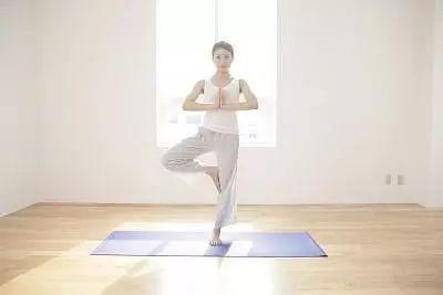 最简单的瑜伽树式,99%的伽人都犯了这4个错误图片