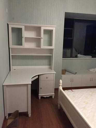 主卧里的转角书桌,主卧的家具都是白色的,在用大白墙就太单调了,所以图片